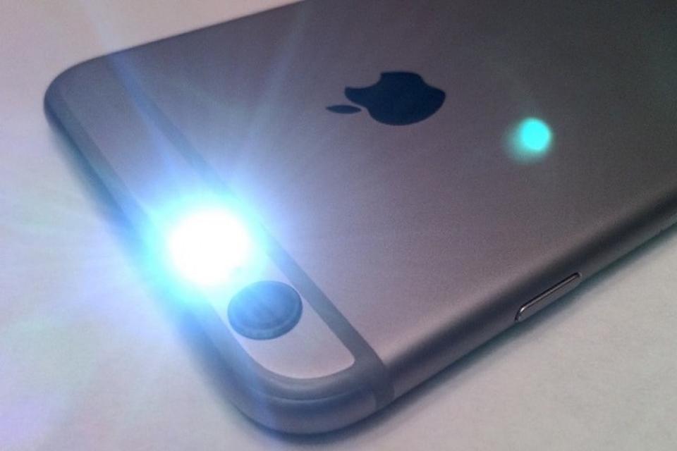 Acender Lanterna: 3 formas de ligar a lanterna do celular